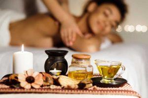 Aroma Massage mit duftenden Kerzen und Ölen