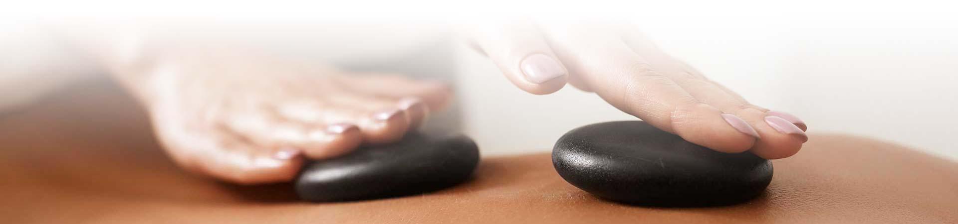 Hot Stone Massage - Massage mit heißen, dunklen Steinen