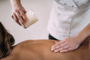 Frau bekommt eine Massage mit einer Kerze